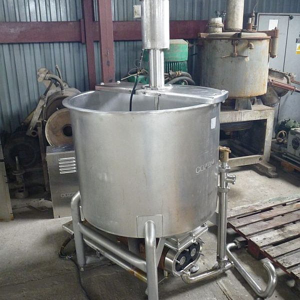 Second hand stainless steel mixing tank with volume 500 l equipped with lobe pump at discharge